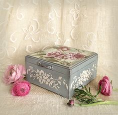 Decoupage Drawers, Decoupage Wood, Decoupage Vintage, Vintage Box, Upcycled Vintage, Sculpture Painting, Painting On Wood, Painted Trunk, Patina Paint