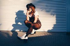 Aprendemos com o passar dos (d)anos. Look vintage com slip dress de veludo, bota branca, tendencia 2017, marieli mallmann, comprase um fusca, moda, fashion, outfit, winter outfit, look de inverno, quiz calçados, loja uh lalah Tumblr Couples, Tumblr Girls, Girl Photography Poses, Vintage Photography, Photos Tumblr, Outdoor Photos, Look Vintage, Photo Reference, Womens Fashion