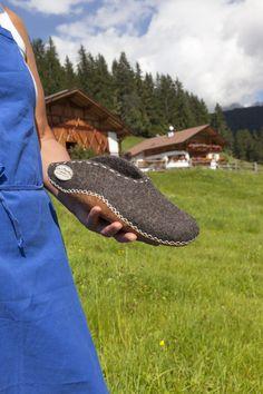 Bäuerin Rita Amort filzt mit Leidenschaft. Das besondere dabei: die Wolle stammt von ihren eigenen Schafen. Im Bild: gefilzte Hausschuhe Roter Hahn - Südtirol