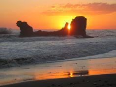 Playa El Tunco, http://4.bp.blogspot.com/-TutSA_ujPWk/TkajQibNfII/AAAAAAAAAR4/OIG5xqi_xuo/s1600/El%252BTunco.jpg