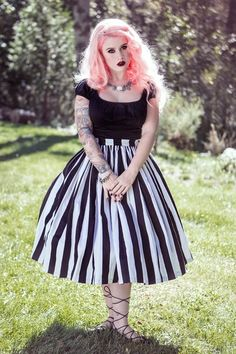Vintage Goth Pinup Capsule Collection- Jenny Gathered Full Skirt in Black and White Stripe - She is so fricken gorgeous! Plus Size Rockabilly, Mode Rockabilly, Rockabilly Fashion, Vintage Goth, Moda Vintage, Vintage Style, Vintage Pins, Retro Vintage, Gothic Fashion