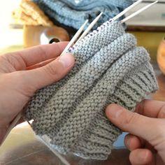 Kolme pintaneuletta sukan varteen (oikea ja nurja silmukka riittää!) – Neulovilla Diy Crochet Cardigan, Knit Or Crochet, Couture, Leg Warmers, Handicraft, Fingerless Gloves, Ravelry, Knitted Hats, Diy And Crafts