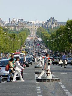 Avenue de Champs Elysées looking back toward the Place de la Concorde and the Louvre
