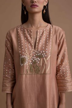 Plain Kurti Designs, Kurta Designs Women, Hand Embroidery Dress, Kurti Embroidery Design, Indian Party Wear, Indian Wedding Outfits, Normcore Fashion, Fashion Outfits, Kurtha Designs