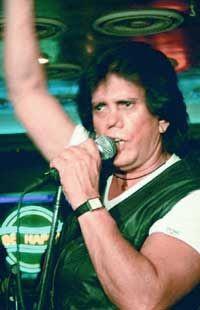 Trino Mora. Cantante venezolano de pop y rock, famoso en la década de los setenta y ochenta