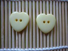 Boutons coeur jaune clair en plastique de 2 cm de large, vendu par lot de 2. : Boutons par laboiteabijouxnanny