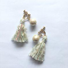 きらきら&ふわふわなロマンチックな雰囲気のタッセルイヤリング。存在感のあるコットンパールがアクセントに◎ 落ち着いた定番コーデにも、程よい甘さをプラスしてくれます。 Ribbon Jewelry, Diy Accessories, Diy Earrings, Refashion, Tassels, Diy And Crafts, Detail, Crochet, Handmade