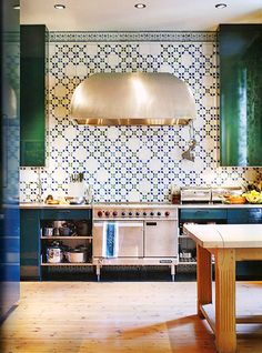 Extractor hood, lacquered joinery, geometric tiles