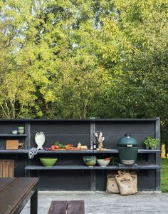 Outdoor Kitchen Ideas on a Budget (Affordable, Small, and DIY Outdoor Kitchen Ideas) Big Green Egg Outdoor Kitchen, Simple Outdoor Kitchen, Rustic Outdoor Kitchens, Backyard Kitchen, Fire Pit Backyard, Backyard Patio, Backyard Landscaping, Bbq Kitchen, Outdoor Dining