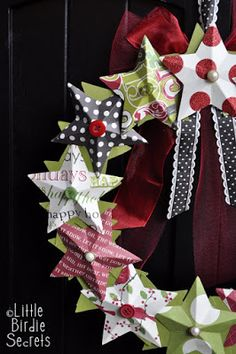 DIY 3D Paper Star Wreath tutorial | Paper Christmas Star Wreath - Fast & Easy craft with easy to Follow directions / Click LINK> http://littlebirdiesecrets.blogspot.ca/2010/12/last-mintue-christmas-decorations-3d.html