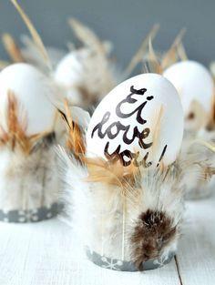 Federleichte Eierbecher | Ostern DIY und Bastelidee | Toilettenpapierrollen mit Federn bekleben | Ei love you | waseigenes.com