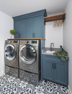 2019 Home Renovation Ideas - Home Bunch Interior Design Idea.- 2019 Home Renovation Ideas – Home Bunch Interior Design Ideas 2019 Home Renovation Ideas – Home Bunch Interior Design Ideas - Mudroom Laundry Room, Laundry Room Layouts, Modern Laundry Rooms, Laundry Room Remodel, Laundry Room Cabinets, Farmhouse Laundry Room, Laundry Room Organization, Laundry Room Design, Laundry In Bathroom