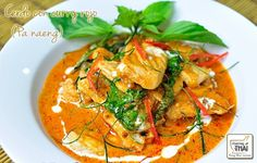 Cerdo con curry rojoCocinoThai Es un plato de curry rojo picante, se puede preparar con ternera, cerdo, pollo y mariscos. Se prepara con leche de coco que le da una textura cremosa, además las hojas de lima Kaffir aromatizan y dan un sabor incomparable.