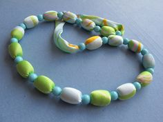 """Náhrdelník """"Lazur"""" Pestrobarevný náhrdelník z hedvábné latky a velkých korálků. Idealní doplněk pro každodenné a příležitostné šaty. Délka = 77 + 2, 5 cm"""