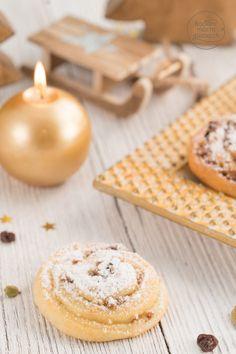 Tolles Rezept für winterliches Stollenkonfekt. Die Marzipan-Zimt-Schnecken werden mit weihnachtlichen Gewürzen zur leckeren, schnellen Variante des Weihnachtsklassiker Christstollen.