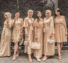 45 Inspirasi Seragam Bridesmaids Terbaik yang Bisa Ditiru, Dari Berbagai Bahan Modern - BLOG INFORMASI Dress Brokat Muslim, Dress Brokat Modern, Kebaya Modern Dress, Kebaya Dress, Kebaya Muslim, Kebaya Hijab, Dress Muslim Modern, Hijab Dress Party, Party Dresses