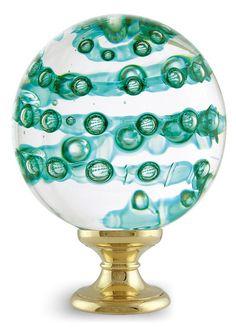 Boule d'Escalier faite main dans nos ateliers Boule d'Escalier Spirabulles - Gamme Séduction -  Dimensions standard sphère : Ø10cm - embase standard Ø5.5cm Autres couleurs disponibles : incolore, fuchsia, vert, bleu, jaune 4 finitions de piétement possibles : laiton, chrome, nickel satiné ou plaqué or Autres tailles disponibles sur demande. Toutes les boules d'escalier peuvent être éclairées par LEDs Fabriquée en France – Bretagne – Ile de Bréhat