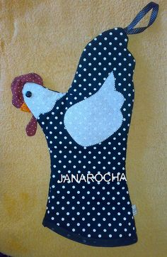Clever - chicken hot pad Chicken Crafts, Chicken Art, Quilting Projects, Sewing Projects, Fabric Crafts, Sewing Crafts, Quilted Potholders, Sewing To Sell, Oven Glove