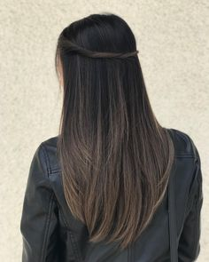 New hair color ash violet colour Ideas Brown Hair Balayage, Hair Color Balayage, Hair Highlights, Balayage Straight, Brunette Highlights Lowlights, Asian Balayage, Cabelo Tiger Eye, Medium Hair Styles, Long Hair Styles