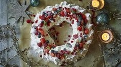If you're looking for something different for an Easter dessert, this stunning pavlova from Mary Berry should do the trick: lemon curd pavlova topped with mini-mounds of meringue and chocolate eggs. Christmas Cheesecake, Christmas Desserts, Christmas Baking, Christmas Recipes, Holiday Recipes, Christmas Cakes, Mary Berry Christmas, Christmas Pavlova, Magical Christmas