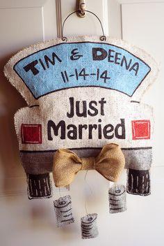 Just Married burlap door hanger Diy Wedding Hangers, Burlap Door Hangings, Fall Crafts, Diy Crafts, Burlap Signs, Wooden Signs, Wedding Doors, Diy Headboards, Burlap Crafts