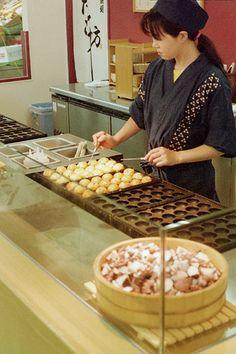 "Japanese octopus balls ""takoyaki"" are the best Japanese street food! Japan Street Food, World Street Food, Thai Street Food, Indian Street Food, Japanese Snacks, Japanese Food, All U Can Eat, Bistro Food, Philippines Food"