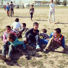 Ecco cosa succede quando gli si chiede di mettersi in posa per una foto di squadra! Fino a pochi mesi fa, prima di fuggire da #Mosul, questi bambini non si conoscevano. Ora vivono tutti in un campo per #sfollati nel #Kurdistan, in #Iraq settentrionale.  Nel campo le occasioni di svago sono poche, ma i bambini si sono organizzati in squadre e ogni pomeriggio si incontrano per giocare a calcio.