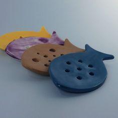"""La jabonera """"Nemo"""" está hecha a mano mediante plancha con barro blanco y diferentes esmaltes de baja temperatura. Con tres pequeños soportes que la elevan de la superficie en la que se apoya es ideal para que el jabón drene el agua completamente y se seque entre usos. Granada, Ten, Natural, Enamels, Soap Dishes, Planks, Mud, Blue Nails, Hipster Stuff"""
