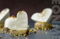 El que no mata, engreixa: Corazones de Stilton con pera caramelizada y pistachos