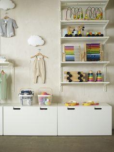 IKEA Deutschland | Auch im Kinderzimmer hat alles seine Ordnung, dank dem STUVA System. Dekoriert mit der DRÖMSYN Wolkenleuchte. #Kinderzimmer #Kinderzimmeraufbewahrung #Kinderzimmerschränke #Kinderzimmerinspiration