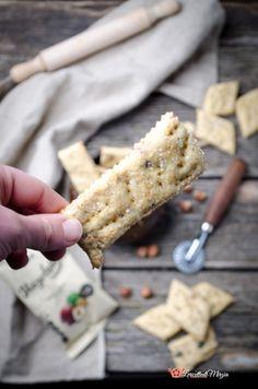 Crackers farina di lupini e nocciole sono uno snack sfizioso e delizioso. Ottimi da soli oppure per accompagnare formaggi, salumi o salse. Snack, Crackers, Good Food, Bread, Group, Recipes, Pretzels, Brot, Recipies