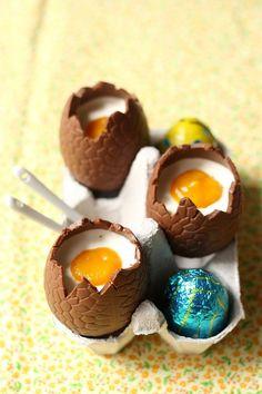 Une panna cotta à la mangue comme un oeuf au chocolat : Une idée originale pour vos desserts de Pâques ! Surprenez avec cette panna cotta dans un oeuf au chocolat !