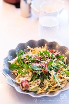 Kålcarbonara - 56kilo.se - Recept, inspiration och livets goda Lchf, Keto, Pak Choi, Moussaka, Good Food, Yummy Food, Pasta Noodles, Mozzarella, Cabbage