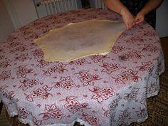 Zahmetli ama coooook lezzetli bi börek :) Hamurun malzemeleri: 1kg. un biraz tuz aldigi kadar su Ic malzemeleri: istege göre - peynir - ...