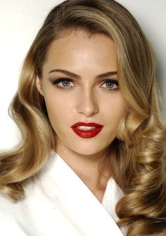 femme fatale: Black eyelids, red lips and dead sexy hair.