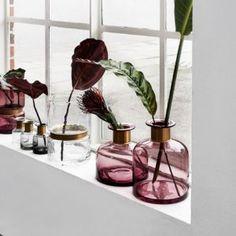 Budu-li mít vybrat jednu věc, bez které si svůj domov nedokážu představit, bude to váza. Stůl je svátečně prostřen až v okamžiku, kdy je na něm váza s květinou. I ten nejtmavší kout se díky ní rozzáří. Dají se báječně kombinovat. Jsou hravé. Jsou skleněné, keramické, porcelánové, barevné, kulaté….. jsou NUTNOSTÍ! :-) Ostatně i proto mají u mě v ochůdku svou vlastní kategorii.