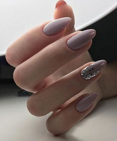 How do you do accent nails? (Credit: Weekly Styles)