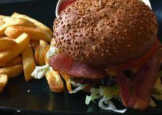 今、デンマークで新しく、よく見るハンバーガー、Pulled porkバーガー!中にはレタス、トマト、デミグラスソース、1時間くらいオーブンで焼いた柔らかいポークが入っています。ハンバーガーに合う、ワインとエルダーフラワージュースとベリージュースもあります。<取扱|Cafe Daisy> Hamburger, Chicken, Lifestyle, Ethnic Recipes, Food, Eten, Hamburgers, Meals, Loose Meat Sandwiches
