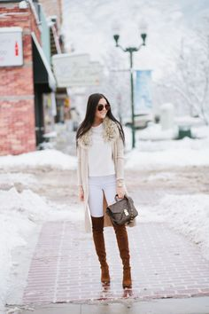 Winter neutrals : Cardigan: Nordstrom | Jeans: Joe's | Boots: Stuart Weitzman | Bag: Louis Vuitton Pouchette bag #StreetStyle