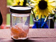 Έχετε ακούσει ποτέ για το νερό Sole; Πολλοί άνθρωποι κατά πάσα πιθανότητα δεν το ξέρουν, αλλά είναι πλέον καιρός να γνωρίσετε αυτό το καταπληκτικό, 100% φυσικό ρόφημα. Το νερό Sole (προφέρεται so-lay) δεν είναι κάποια καινούρια μόδα, αλλά ένα τονωτικό μείγμα πλούσιο σε μέταλλα, ακατέργαστο αλάτι κα