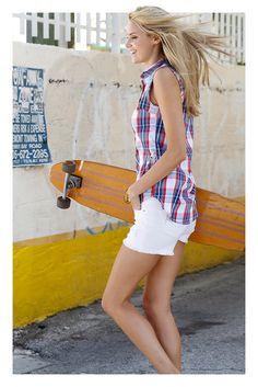 Schönes Outfit für den Sommer. Mit gestreifer Bluse und coolen grauen Sneakern.