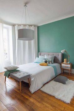 Pour une chambre calme et apaisante, optez pour des couleurs pastel. Gardez de la luminosité en harmonisant les teintes.  http://www.dessolsetdesmurs.com/peintures/terra-deco-mat-bleu-ross.html    Crédit photo : www.lebazardalison.com