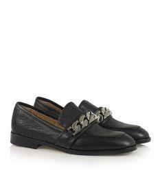 Notabene . Klassisk sort loafer i glat læder med markant rundet snude og unik sølv kædedetalje på tværs af forfoden.