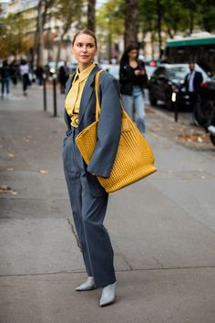 The best street style from Paris Fashion Week Spring/Summer 2020 - Daily Fashion Daily Fashion, La Fashion Week, Spring Fashion Trends, Urban Fashion, Paris Fashion, Women's Fashion, Street Style Trends, Street Style Looks, Street Styles