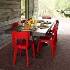 The bright-red chairs in this room make a bold statement that really draws your attention to the table in this backyard patio. The bright-red chairs in this room make a bold statement that really draws your attention to the table in this backyard patio. Red Home Decor, Classic Home Decor, Cheap Home Decor, Outdoor Dining, Dining Area, Dining Room, Outdoor Spaces, Porches, Minimalist Decor