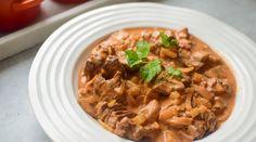 Biff Stroganoff ala Gladkokken - Perfekt helgemiddag! | Gladkokken Japchae, Spicy, Curry, Food And Drink, Beef, Dinner, Ethnic Recipes, Dining, Dinners