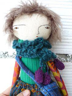Muñeca de lino y algodón. 32 cm. Bufanda de lana y bolso. de AntonAntonThings en Etsy