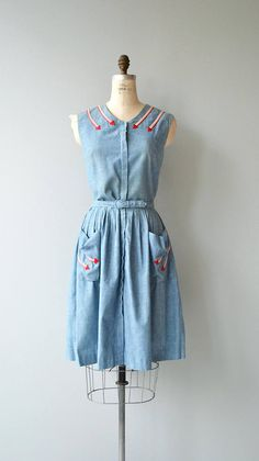 Vintage 1950s chambray dress with double applique arrows at the shoulders and pockets, hidden front placket, fitted waist and matching belt. --- M E A S U R E M E N T S --- fits like: medium bust: 38 waist: 29 hip: free length: 42 brand/maker: n/a condition: some light fade on the upper back to ensure a good fit, please read the sizing guide: http://www.etsy.com/shop/DearGolden/policy ✩ more vintage dresses ✩ http://www.etsy.com/shop/...