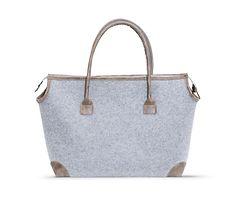 Reisetasche aus hellgrauem Filz, bietet viel Platz und ist angenehm zu tragen – jetzt bei Servus am Marktplatz kaufen. Tote Bag, Bags, Travel Tote, Felt, Handbags, Totes, Bag, Tote Bags, Hand Bags