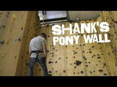 Je gaat op de rand staan, houdt het touw goed vast en laat jezelf achterwaarts langs de muur 15 meter naar beneden zakken.  Ayers Rock: Shank's Pony Wall #abseil